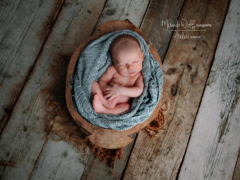 baby - in - houten - trog