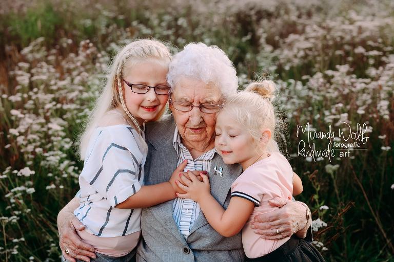 oma met achterkleinkinderen
