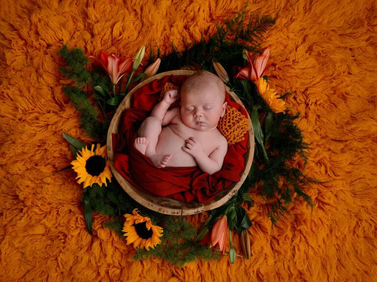 newborn met bloemen