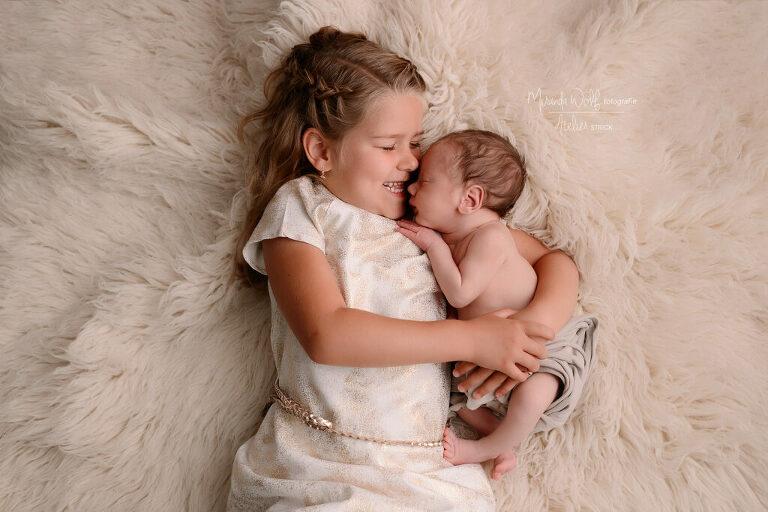 newborn met zus
